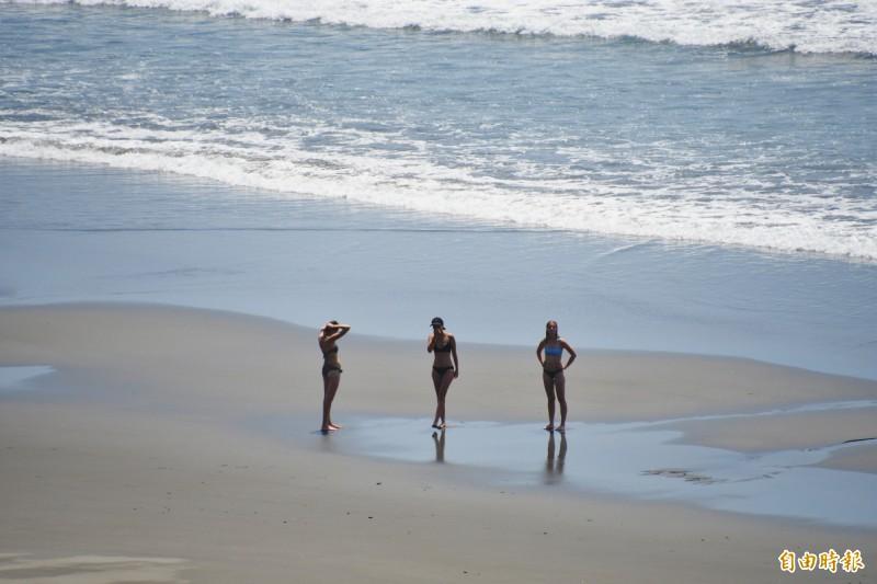 海巡署第一三岸巡隊今天上午在都蘭海景公園展示無人機性能,3位外籍泳客意外成為焦點。(記者王秀亭攝)