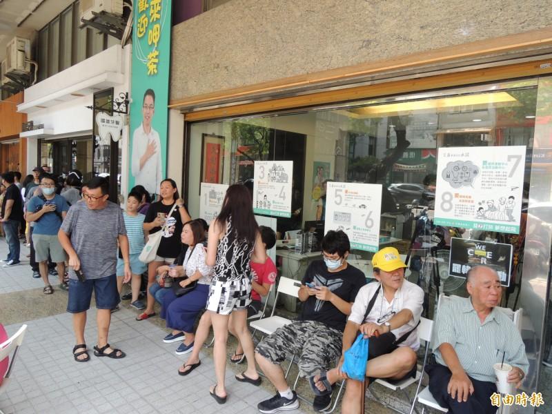 大批民眾排隊等待購買罷韓煎餅。(記者王榮祥攝)