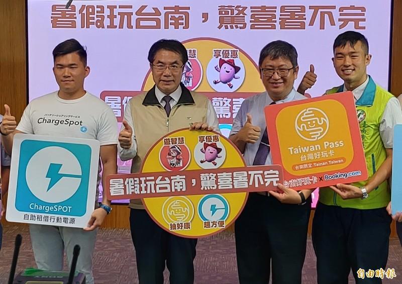 黃偉哲(左二)介紹觀旅局新推出的「Lí hó, Tainan你好台南」APP旅遊行動小秘書。(記者蔡文居攝)