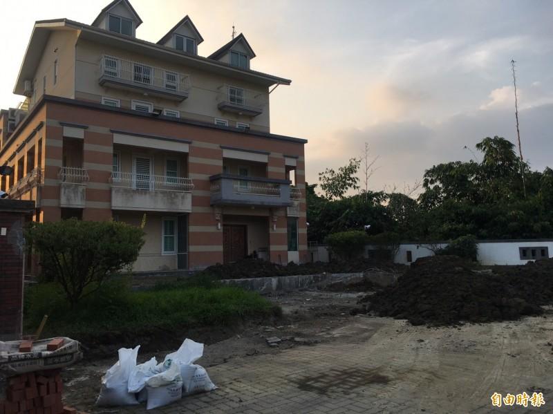 高雄市長韓國瑜夫婦位在雲林古坑農舍今天再主動拆除主建築前鐵門及圍牆,並運來土方,韓國瑜妻子李佳芬說,依規定恢復農地農用。(記者黃淑莉攝)