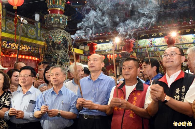 韓國瑜向褒忠義民廟神明上香祈福。(記者張忠義攝)