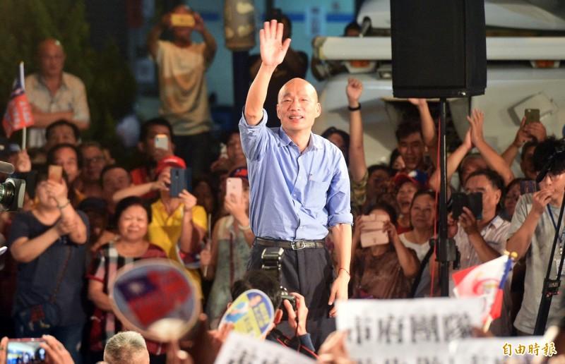 韓國瑜預定代表國民黨出戰2020,起身向支持者致意。(記者張忠義攝)