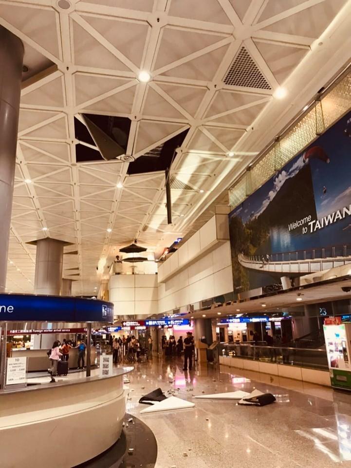 桃園機場第二航廈天花板晚間掉落地面,沒有人員傷亡。(圖擷取自爆料公社)