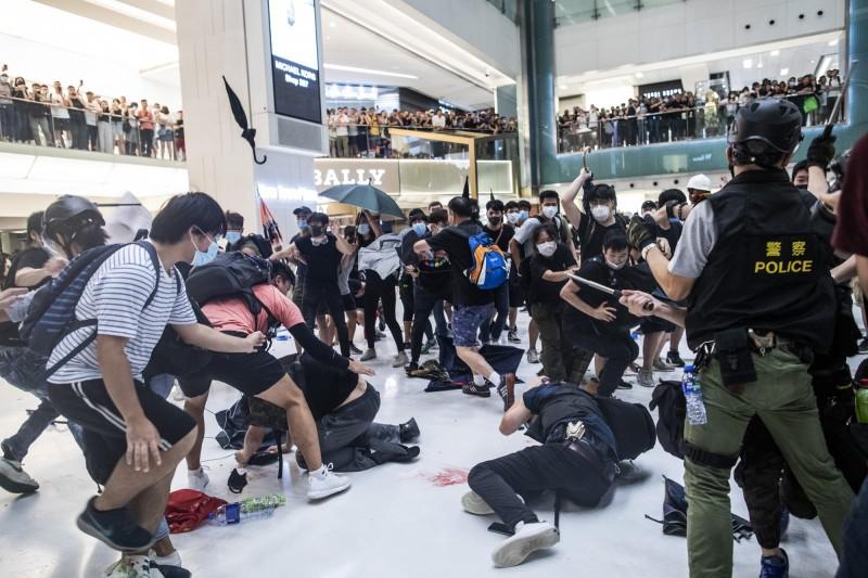 香港反送中示威,昨晚在沙田商場爆發警民流血衝突,千人大亂鬥,雙方多人掛彩。(彭博)