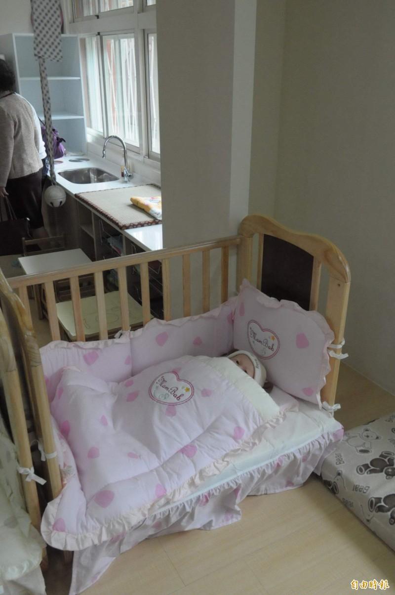 行政院消保處今年5、6月抽查市售30件嬰兒枕,在游離甲醛、偶氮染料、有機錫等品質檢測方面,30件都合格;在商品標示部分,不合格共23件,不合格率約7成7。嬰兒床示意圖,與本新聞無關。(資料照)