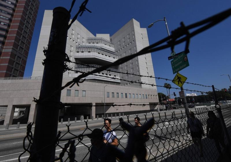 美國對非法移民展開大搜捕行動,激起多起示威及1男想燒移民監獄被警擊斃。圖為洛杉磯的一座移民拘留中心。(法新社)