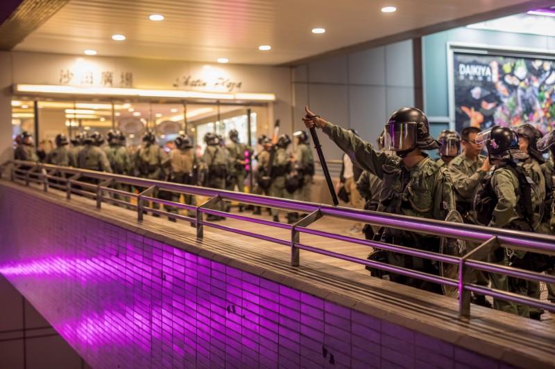 香港反送中示威,昨晚在沙田商場爆發警民流血衝突,千人大亂鬥,雙方多人掛彩,警方部署在沙田廣場警力。(彭博)