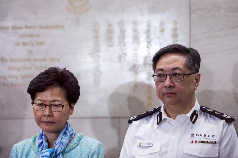 香港基層員警累積了極大的怨氣,警務處處長盧偉聰(右)在會上呼籲同僚,「忍一下啦」。左為特首林鄭月娥。(彭博)