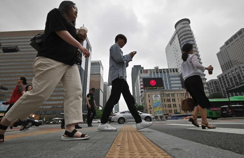 南韓政府修訂的《勞動法》將在16日生效,未來員工若在職場上被騷擾,未獲公正處理還遭降職或開除,雇主將面臨刑事罰責。(法新社)