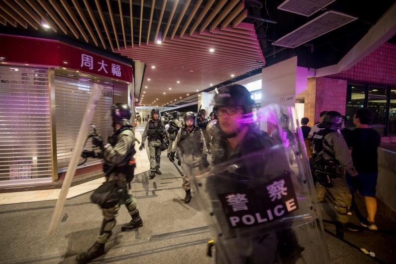 香港反送中示威,昨晚在沙田商場爆發警民流血衝突,千人大亂鬥,雙方多人掛彩。圖為港警進入商場。(彭博)