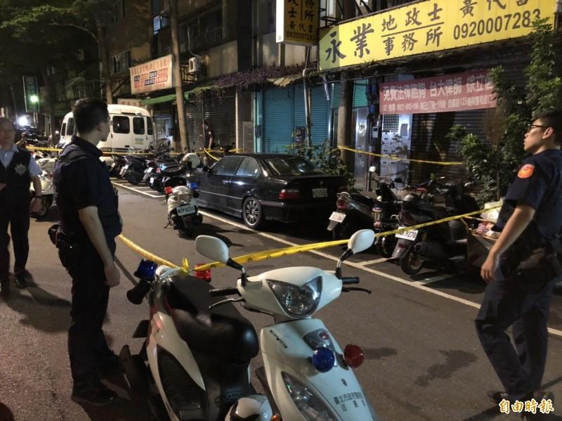 台北市中正二分局泉州街派出所2名員警,今天凌晨0時許,在莒光路、中華路口附近追捕一名通緝犯時,通緝犯拒捕並持刀攻擊員警,警方封鎖現場蒐證。(記者王冠仁攝)