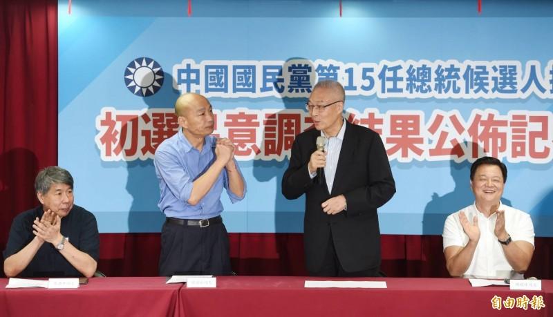 國民黨總統初選民調結果今天揭曉,由高雄市長韓國瑜(左2)勝出,將獲國民黨提名,參選2020年總統大選。圖為高雄市長韓國瑜出席記者會。(記者方賓照攝)