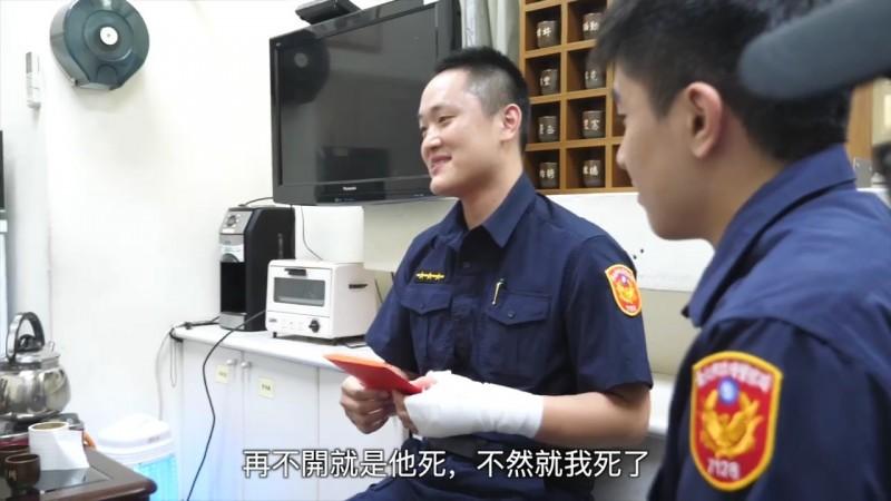 「我沒辦法了,再不開的話,不是他死就是我死」開槍警員溫皓翔雖輕鬆說出當時情況,但陳家欽很清楚背後的沉重。(記者姚岳宏翻攝臉書《NPA署長室》)