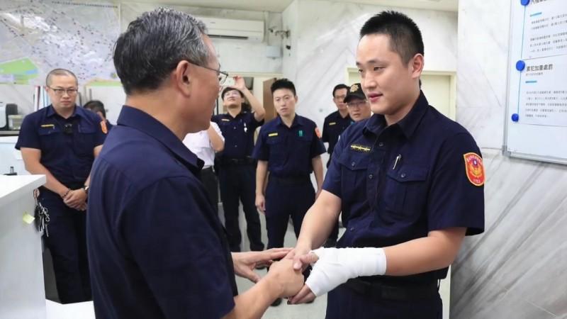 警政署長陳家欽慰問受傷員警溫皓翔。(記者姚岳宏翻攝)