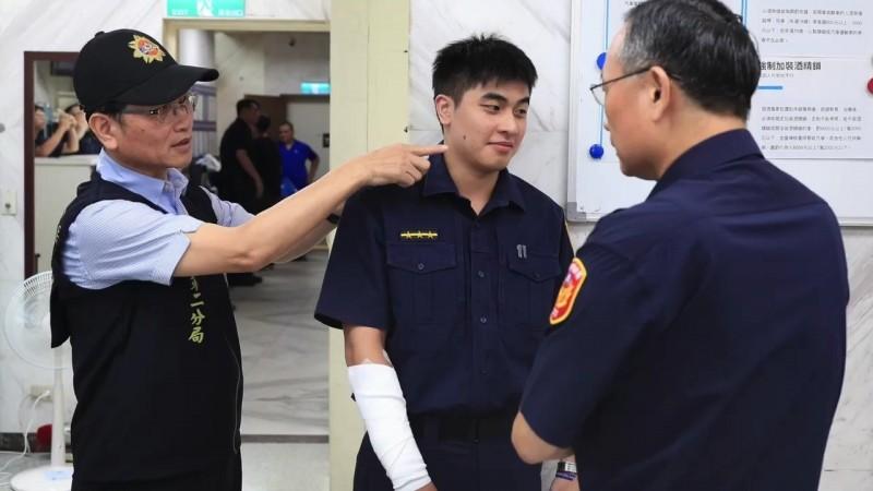 警政署長陳家欽慰問受傷員警李陏恩。(記者姚岳宏翻攝)