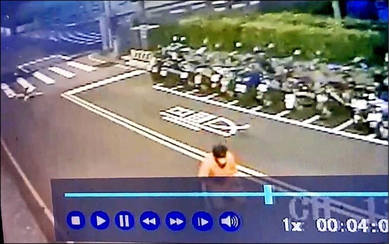 張男撞死阿嬤後,一度跪倒,家屬認為是嚇得癱軟。(記者張瑞楨翻攝)