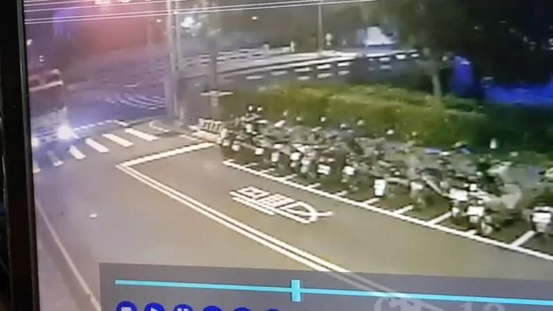張男駕駛垃圾車轉彎(圖左),他辯稱四線死角,沒見到老婦人。(記者張瑞楨翻攝)