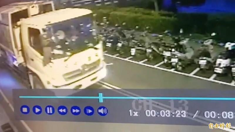 張男撞倒老婦人之後,仍持續行駛一段距離。(記者張瑞楨翻攝)