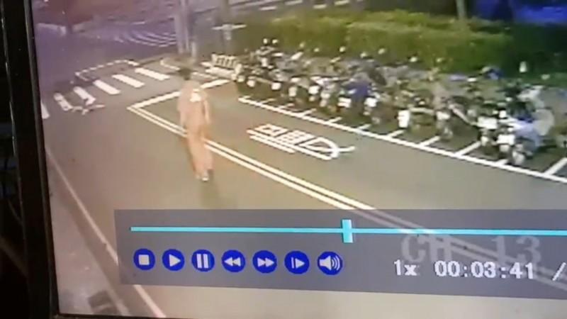 張男下車查看倒臥血泊的老婦人(圖左上)。(記者張瑞楨翻攝)