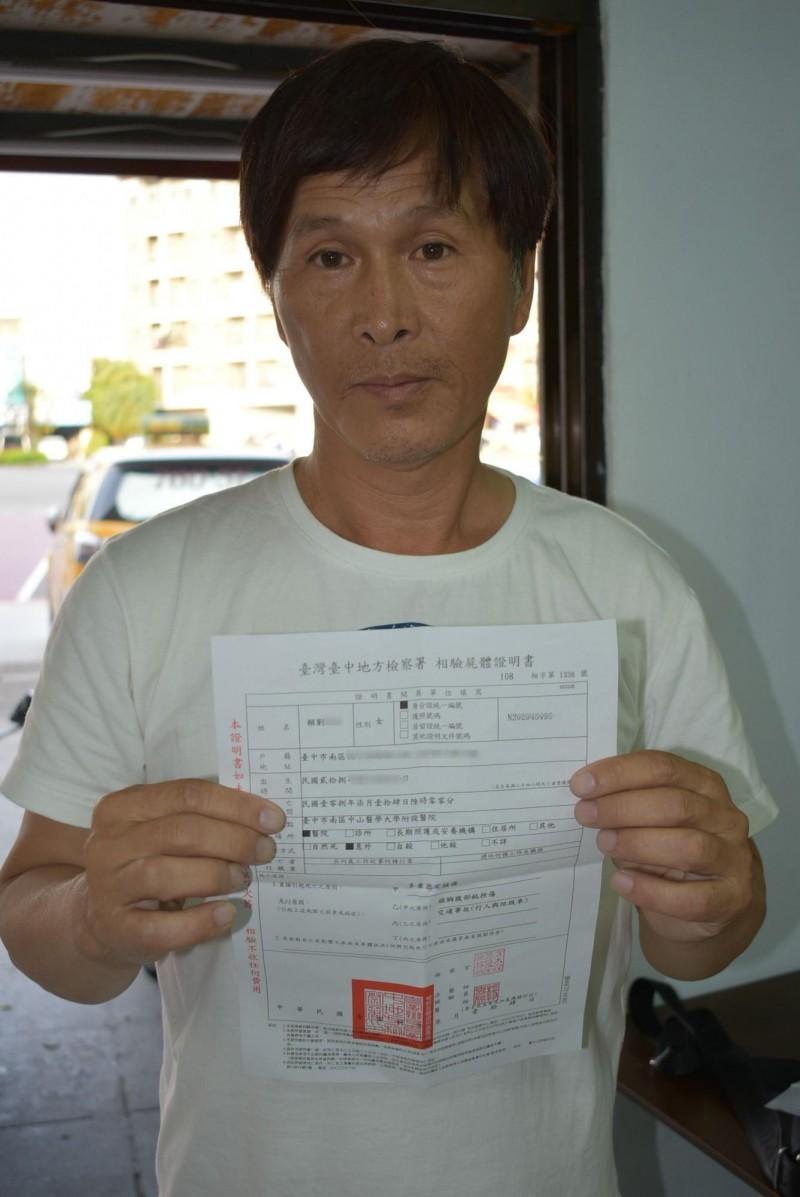 阿嬤的兒子手持驗屍證明書,控訴張姓垃圾車司機無照又酒駕,慈母死不瞑目。(記者張瑞楨攝)