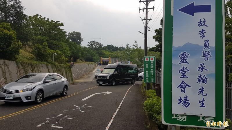 鐵路警察李承翰的靈位移靈到嘉義市告別式場地。(記者林宜樟攝)