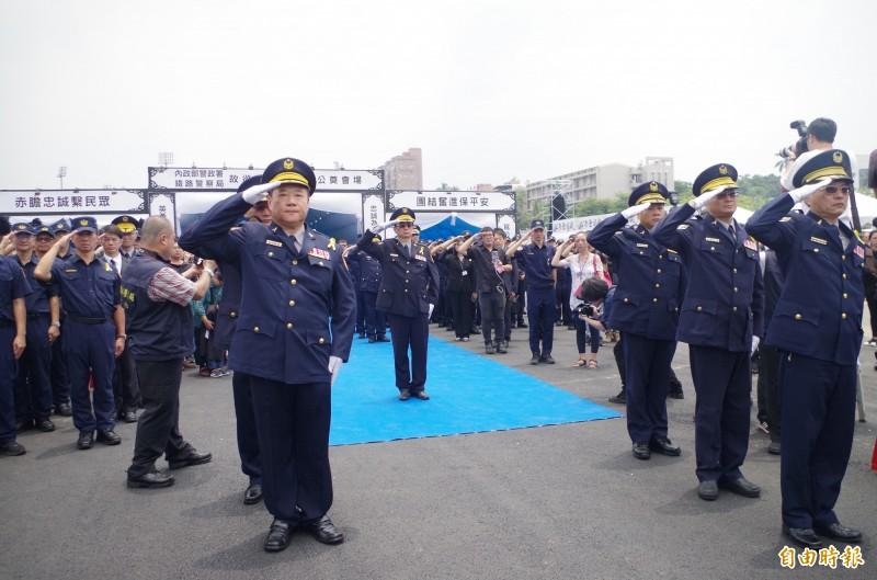 鐵路警察局列隊送李承翰最後一程。(記者王善嬿攝)