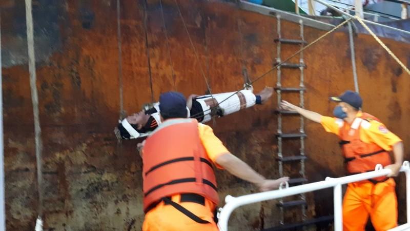 緬甸船員海上休克 海巡暗夜搏浪後送就醫