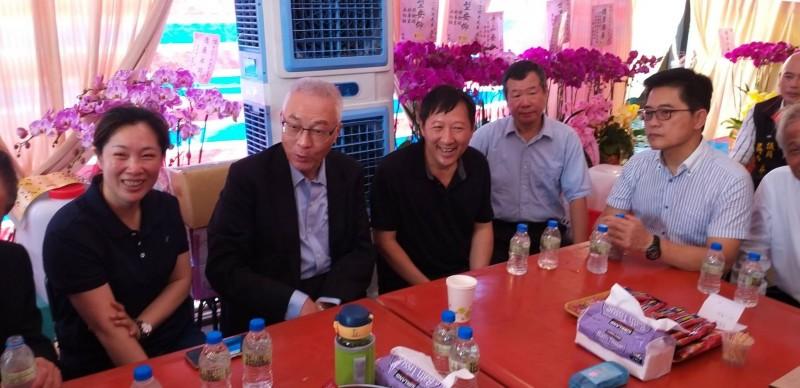 前台東縣長吳俊立(左3)父喪,國民黨主席吳敦義(左2)今天到吳宅弔唁後閒聊。前台東縣長黃健庭(右1)也坐陪。(記者黃明堂翻攝)