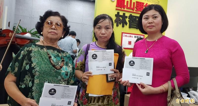 高市東協新住民今送百份罷韓連署書到民進黨議員林智鴻服務處,要求市長韓國瑜對 歧視言論道歉。  (記者陳文嬋攝)