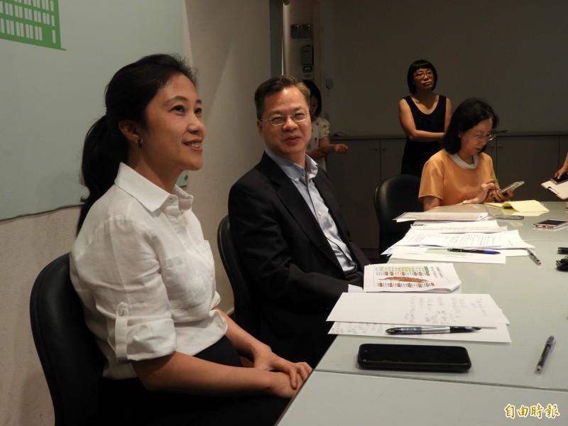 為解決台商回台的產業用地問題,行政院政務委員龔明鑫(左二)今天表示,政府共盤點出1827公頃土地可供使用。(記者陳鈺馥攝)