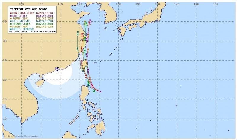 根據各國最新預測路徑,美國聯合颱風警報中心、日本氣象廳和我國預估路徑類似,指出丹娜絲進入巴士海峽後將一路向北,擦過台灣東半部後持續北上。(翻攝香港地下天文台)