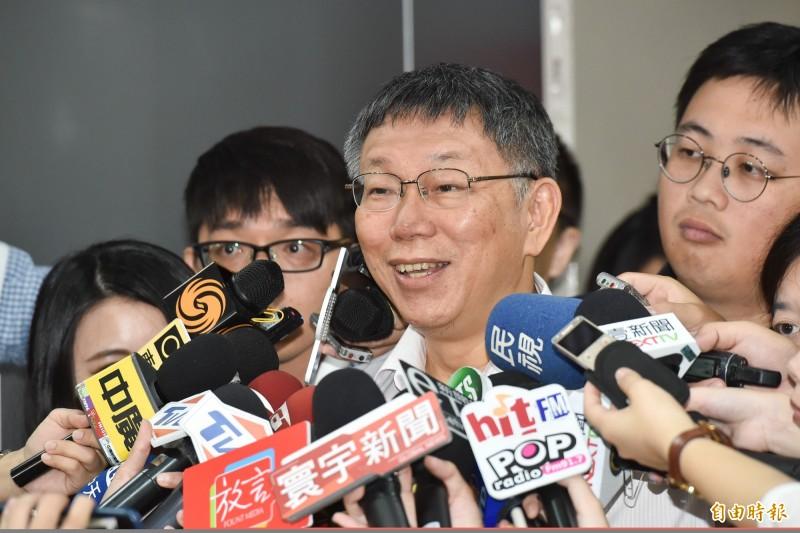 台北市長柯文哲今(16)日受訪批台灣像「明末天下大亂,流寇四起」遭網友分析嗆「柯三跪」。(記者塗建榮攝)