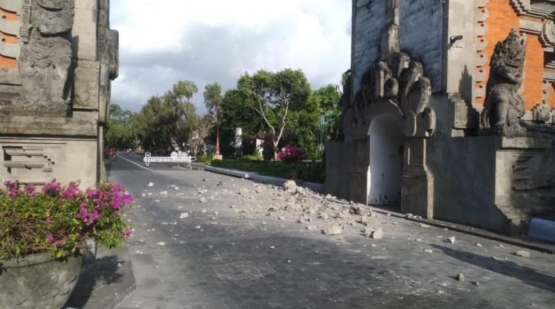 受地震影響,峇里島觀光區部分建物出現龜裂、石塊崩落等現象。(擷取自推特)