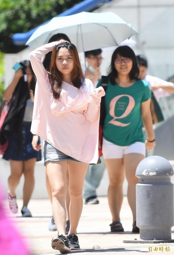 今天各地晴朗炎熱,外圍環流明天接近台灣,週四、五(18、19日)全台慎防大量降水。(資料照)