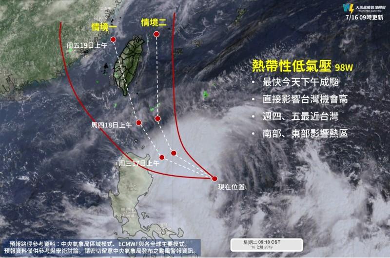 位於台灣東南方海面的熱帶低壓最快下午增強為輕度颱風「丹娜絲」,由於路徑北修,侵台機率大增。(圖擷自天氣風險 WeatherRisk臉書)