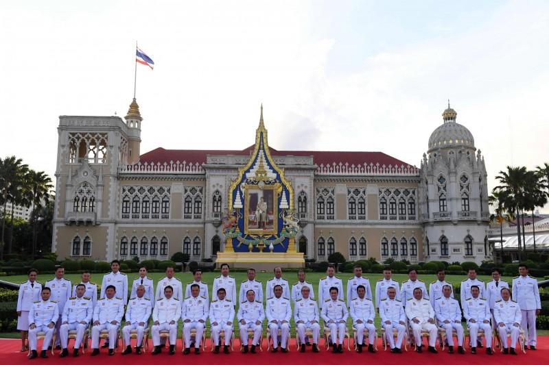 泰國新內閣宣誓就職。前排中間為總理兼國防部長的帕拉育。(法新社)