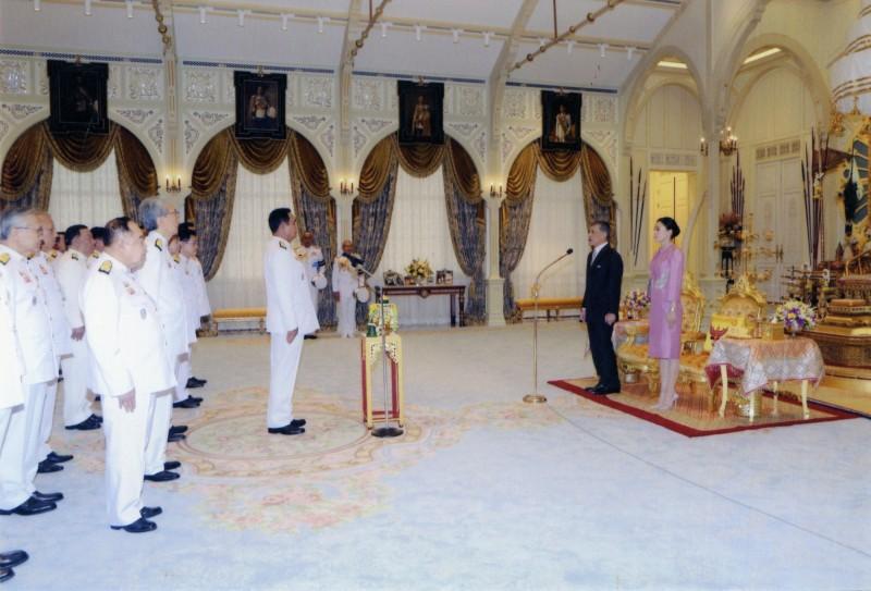 36名內閣成員16日在泰國國王瓦集拉隆功(右二)面前宣誓將忠於君主立憲制的民主國家。(美聯社)
