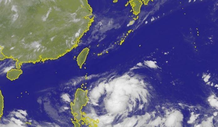 氣象局衛星雲圖顯示,準颱風「丹娜絲」在菲律賓海上持續發展。(圖擷取自中央氣象局)