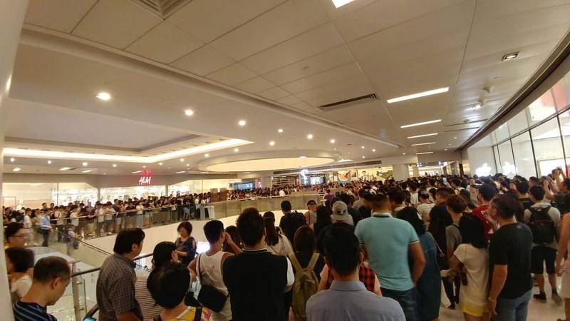 今日晚間數百名民眾再次包圍商場詢問處,要求商場業主「新鴻基地產」回應14日當晚為何容許警方入內清場。(圖擷取自臉書_香港突發事故報料區)
