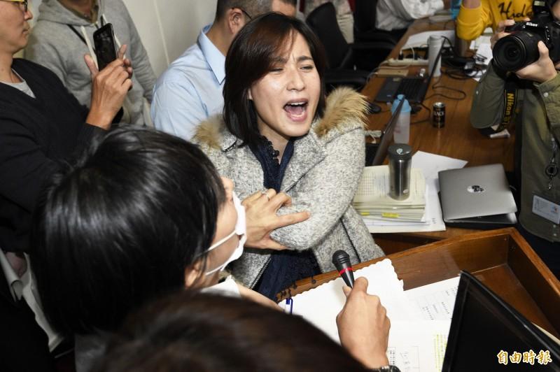 時代力量立委高潞‧以用(中)與辦公室主任陳士章在樓梯間發生激烈爭吵。(資料照)