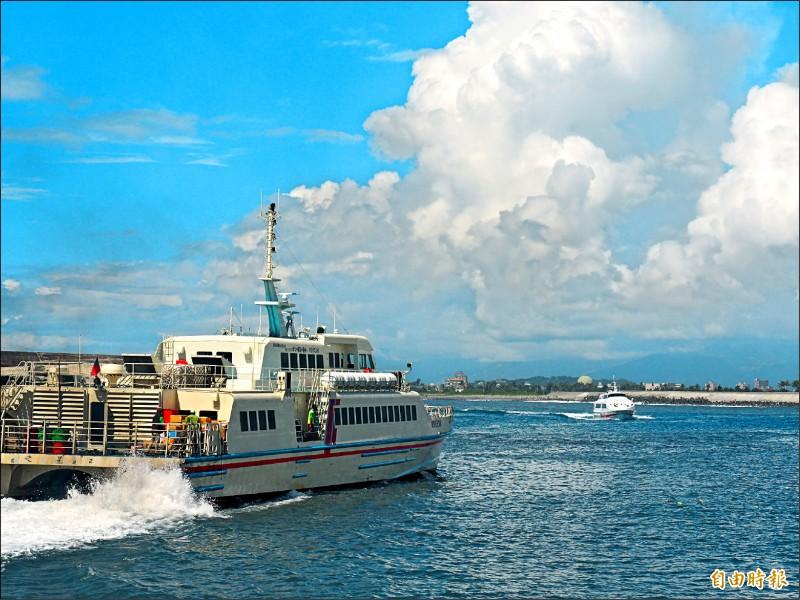 綠島交通船今天上午八時卅分開始疏運島上旅客,預計十時卅分後航班停駛。 (記者王秀亭攝)