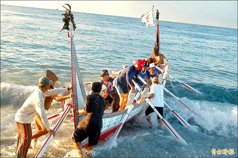 拼板舟是蘭嶼文化特色,蘭恩文教基金會計畫打造廿五人大舟,直航菲律賓巴丹島。(記者黃明堂攝)