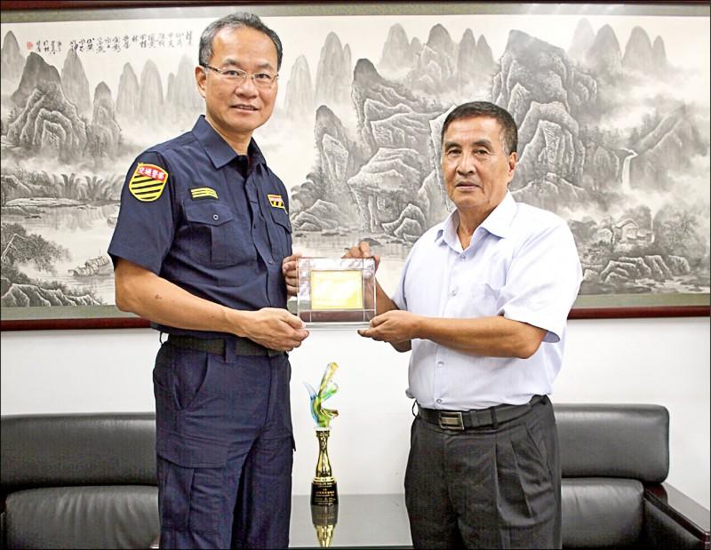 高市警局交通大隊「大座司機」黃和昌(右), 服務40年退休,獲大隊長們感謝和祝福。(記者黃良傑翻攝)