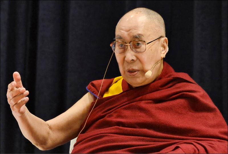 西藏精神領袖達賴喇嘛去年十二月在印度孟買發表演說。 (法新社檔案照)