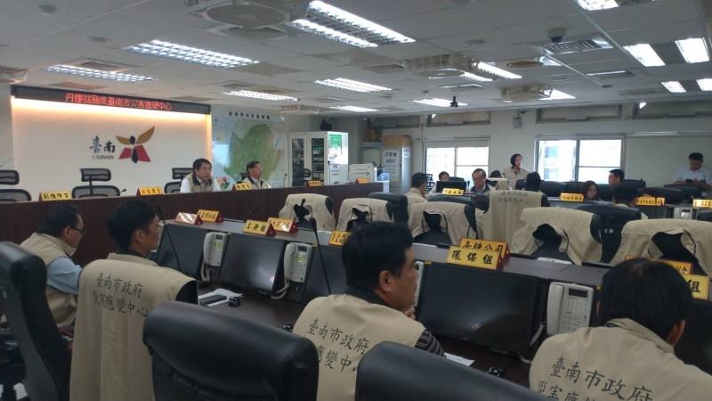 台南市長黃偉哲主持災防中心會議。(記者王俊忠翻攝)