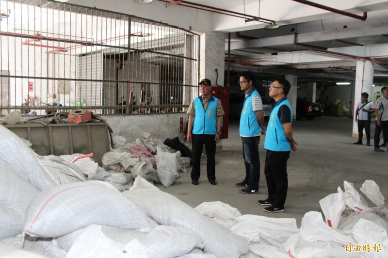 台東市公所準備沙包抗颱。(記者黃明堂攝)