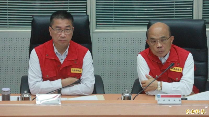 行政院長蘇貞昌(右)出席中央災害應變中心視察,聽取第5號颱風「丹娜絲」防災工作會報。(記者陳薏云攝)
