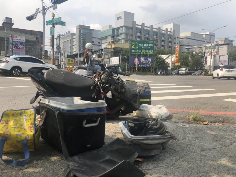 送羊乳的機車撞得受損,暫放在車禍路口旁,一旁送貨箱子和安全帽,讓人不捨。(記者張聰秋翻攝)