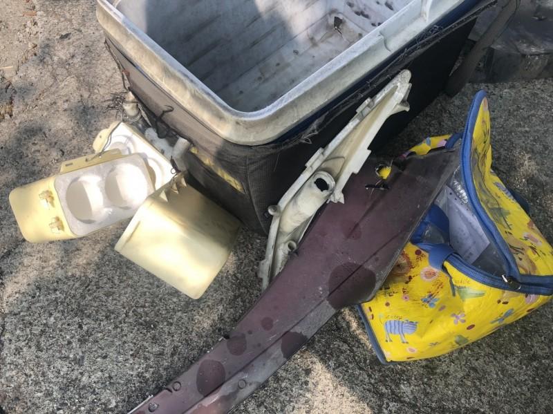 羊乳箱子被撞壞,箱子和袋子被血跡沾污。(記者張聰秋翻攝)
