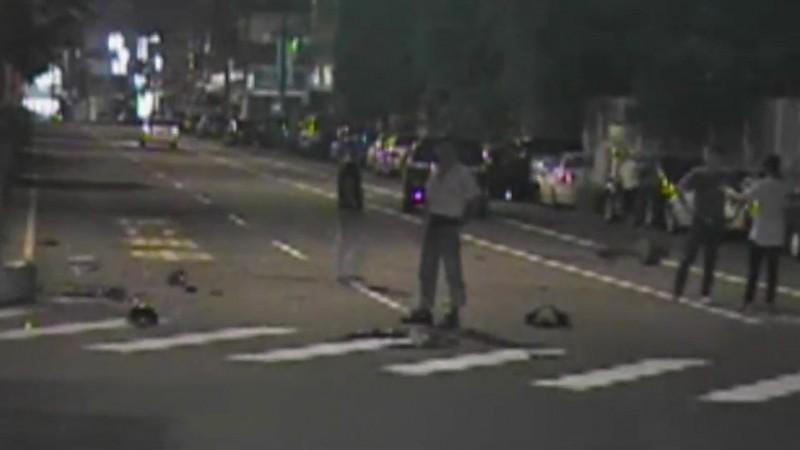 彰化市金馬路與彰新路口昨天凌晨發生機車與轎車對撞的交通事故,機車零件散落滿地。(記者張聰秋翻攝)